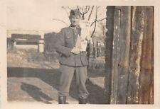 Soldat kauft Seinen Sohn Holzgewehr