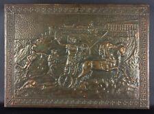 Bas-relief en cuivre repoussé sur bois vintage scène de chars romains