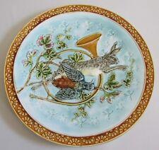 Plat en barbotine à décor d'attributs de la chasse, début XXe siècle