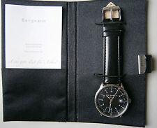 Bergmann 1956 * im Etui * Rund * Herren Quarz Uhr * 3 ATM * Lederband Schwarz