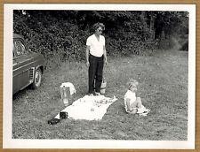 Photo 12 x 9 vintage snapshot enfant pot chambre drôle funny voiture 1959 jp078