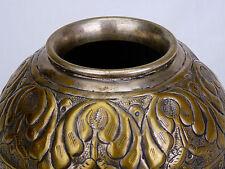 Ancien vase en laiton repoussé,anciennement argenté.De forme globulaire,Fleurs
