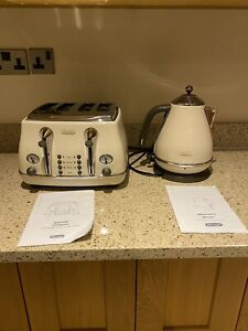 DeLonghi 50s style retro cream 4 slice toaster and kettle set