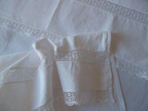 Elégant rideau ou cache torchon avec une jolie dentelle dans les largeurs
