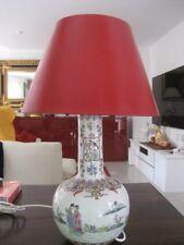 Chinesische Porzellan Tischlampe mit rotem Lackschirm