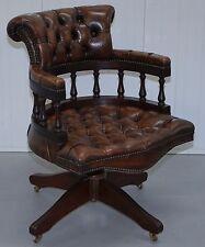 Joliment restauré Chesterfield estampillé 1967 cigares en cuir marron capitaines chaise