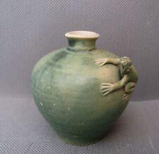 2870* petit vase en grès vert céladon décor grenouille chine ? qing ming ?