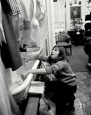BARBRA STREISAND IN THE KITCHEN OF NYC APARTMENT - 8X10 PUBLICITY PHOTO (DA-129)