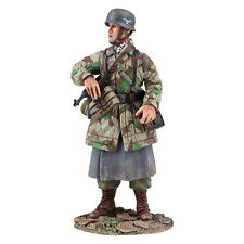 BRITAINS SOLDIERS 25038 - German Fallschirmjager with MP-40 No.1