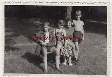 (F6010) Orig. Foto Mutter mit ihren 3 Söhnen am Wald, 1953