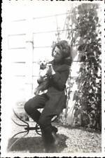 snapshot femme mode tailleur pantalon années 50 avec chiot assise sur table
