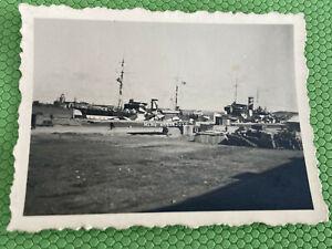 Foto, Wk2, Kriegsschiffe in Camo im Hafen (N)50189