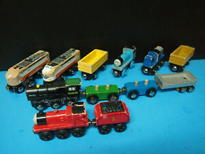 LOT OF 12 WOODEN TRAIN THOMAS THE TRAIN
