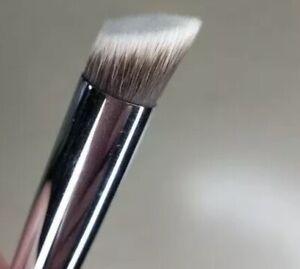R&M 523 Sharp Cut Flat Angled Concealer Brush