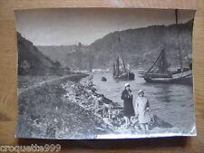photo ancienne photographie PERSONNAGES DEVANT BATEAUX ET CHATEAU A IDENTIFIER