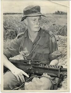 3 RAR AUSTRALIAN ARMY BORNEO WAR PUBLIC RELATIONS PHOTO SOLDIER  GUN  VIETNAM