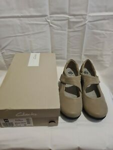 Ladies Clarks Cloudsteppers With Sole Cushion Size 6.5 Width D Beige