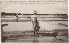 Marais Salants du BOURG de BATZ à SAILLÉ (44) - Paludière cueillant le sel fin