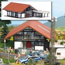 Busch 1446 HO (1/87): Huis bruin/rood met carport