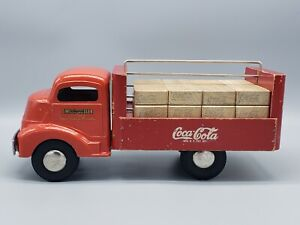 VINTAGE 1950'S SMITH MILLER RED COCA-COLA DELIVERY TRUCK WITH 16 WOODEN CRATES