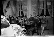 Voiture ancienne Citroën 2 CV groupe personnes  - Ancien négatif photo an. 1950