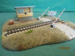 Busch HO Scenics  No 3215 'Road Rail Crossing with Gatekeepers Hut'