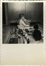PHOTO ANCIENNE - VINTAGE SNAPSHOT - ENFANT JOUET PELUCHE LIVRE CADRAGE DRÔLE-TOY