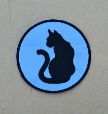 patch ,chat noir assis ,sur fond bleu ciel, 9cm, brodé et thermocollant