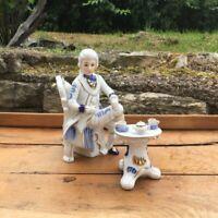 Statuette en porcelaine Gentilhomme buvant le thé