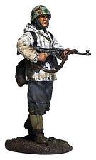 """BRITAINS SOLDIERS WW11 25047 """"GERMAN VOLKSGRENADIER IN PARKA WITH MP44""""  METAL"""