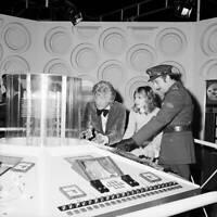 OLD DOCTOR WHO TV SERIES PHOTO Jon Pertwee Katy Manning & Nicholas Courtney 1
