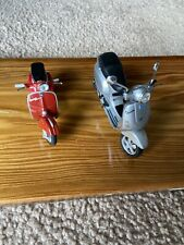 Maisto Diecast Silver & Red Vespa Scooters Model 1:18 Die-cast Metal