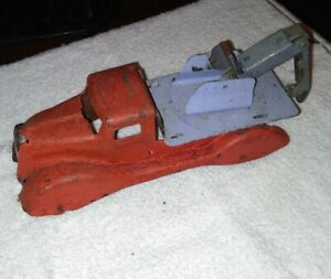 VINTAGE 1930S TOW TRUCK PRESSED STEEL TOY TOW TRUCK, WOODEN WHEELS