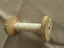 Ancienne bobine en bois avec fil métallique beige