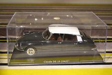 Lot de 2 Citroën : DS19 1963 et 2CV4 1976 au 1/24ème avec boite vitrine