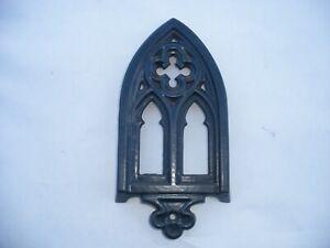 ancien repose fer à repasser émaillé d'inspiration façade d'église gothique