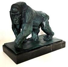 Bronze Skulptur Gorilla auf Marmorsockel, blau-grüne Patina