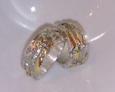 Ein 10 mm breiter Ring mit grobe Struktur, Gold 750, Silber 999, Flamere Design