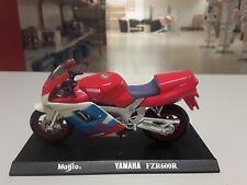 Maisto 1:18 Yamaha FZR 600R in Rot weiss blau Standmodell mit Grundplatte.