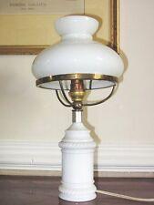 BELLE LAMPE DE TABLE en OPALINE AVEC GLOBE SIGNE MD FRANCE Hauteur : 33 cm