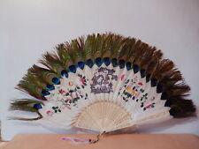 Grand éventail chinois plume paon brin sculpté décor fleur personnage Chine