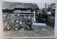 Foto mit Soldaten in Russland auf Bauerngehöft und Feldküche im Hintergrund. (H)