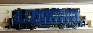 NS13 N scale Diesel locomotive N&W #952 blue yellow engine