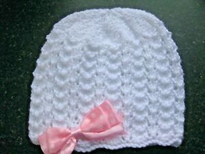 HAND KNITTED BABY WHITE BEANIE HAT WITH PINK/WHITE SPOT BOW SIZE NEW BORN (6)