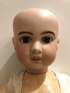 Ancienne poupée en porcelaine