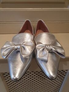 New High End De Branded End of Line Women's Flat Shoe Silver Leather Size 5.5
