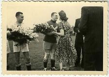 PHOTO ANCIENNE - FOOTBALL REMISE DE PRIX FLEURS BAISER GAY - Vintage Snapshot