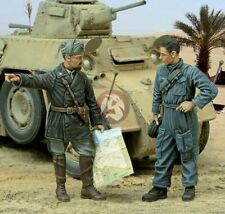 Royal Model 1/35 Italian Captain giving directions to Tanker WWII (2 Figs.) 567