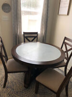 Modern Farmhouse 5-piece dining room set. 1 table, 4 chairs