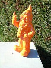 NAIN au doigt d honneur orange , statue d un nain de jardin . nouveau  !